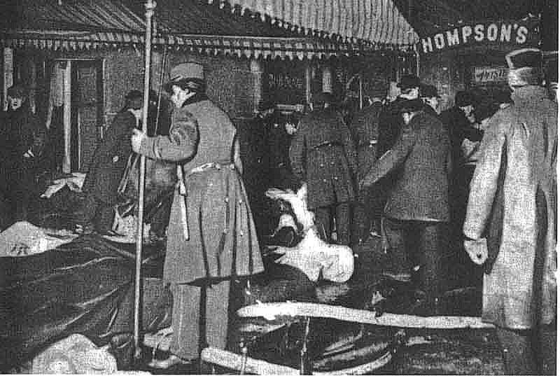 Vyšetřovatelé kontrolují místo po požáru