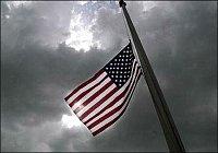 Vlajka před hasičskou stanicí.