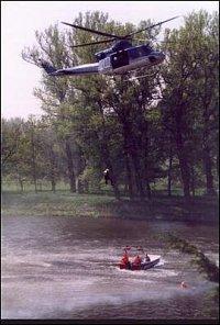 Nácvik evakuace osob pomocí vrtulníku.
