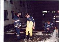 Pražští hasiči čerpají vodu.