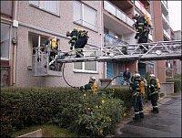 Hasiči museli použít výškovou techniku a provést násilný vstup do uzamčených bytů.