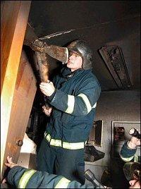 Hasiči museli vybourat část stavební konstrukce ve světlíku, kterým se šířil požár do vyšších pater