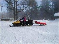 Sněžný skútr s nosítky v terénu