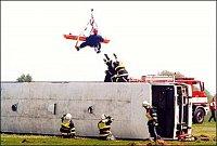 ...a pomocí navijáku (ostatní jej nemají) transportuje zraněného i se záchranářem přímo n