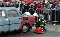 Hasiči se připravují na zajištění auta klíny.