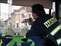 Hasič Daniel Pýcha v hasičském vozidle při výjezdu k zásahu a průjezdu řízenou křižovatkou v Pardubi