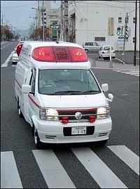 Stejné auto, jiné město (Koriyama). Čelní strobo mají šikmo situované výbojky, podobný typ se použív