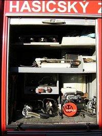 První levá skříň: vyprošťovací zařízení Narex (nůžky, rozpínák), ruční hydraul.pumpa, střihač pedálů