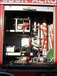 Třetí levá skříň: elektrocentrála Honda 4,5kW, kabely, 2x proudnice SP-20, rozdělovač, stojatý ejekt