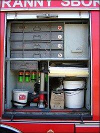 Druhá pravá skříň: bedny s nářadím a lékárna, savé rohože, Spilkleen, ucpávková hmota, proudnice Ram