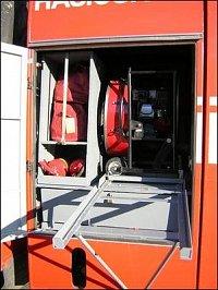Přetlakový vantilátor Papin na svépomocí vyrobených saních, levé přední dveře T815