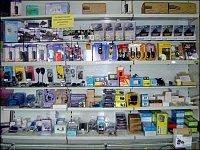 Pohled do regálu prodejny Allamat v Praze. Chcete-li vysílačku, máte na výběr, něco se dá i objednat
