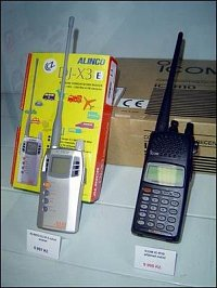 Přehledové přijímače neboli scannery – vlevo Alinco, vpravo dražší Icom.