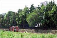 Přístup k místu požáru byl z budoucího staveniště po rozbité nezpevněné cestě. Dennis by měl přinejm