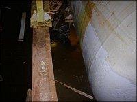 Potápěč podkládá nádrž v silně nachlorované vodě