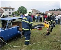Ukázka vyproštění osoby z havarovaného vozidla (HZS Pardubického kraje - stanice Pardubice)