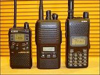 Porovnání velikosti. Zleva starší Alinco DJ-SR1 (PMR446), VX-146 (PMR446) a Alinco DJ-596 (HAM dualb