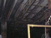 Pohled na konstrukci jeřábové dráhy nad místem ohniska vzniku požáru