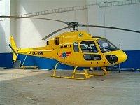 AS 355 OK-DSN v hangáru společnosti DSA v Hradci Králové, vrtulník je v barvách projektu OK Ambulanc