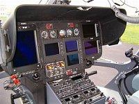 Přístrojová deska policejního EC-135T2 OK-BYA. Velký displej vlevo na palubní desce slouží pro digit