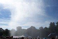 hasičský déšť nad davem návštěvníků festivalu...