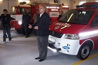 Petr Slavíček osvětluje přítomným hasičů funkčnost nového vozu