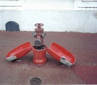 Nadzemny hydrant odkrytovany je z ulic Mantes la Jolie nedaleko Pariza, foto Juraj Kopunek, Hrnciaro