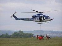 Plnění bambi vaku a následný odlet vrtulníku. Foto Pavel Nehybka.