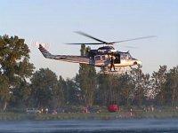 Bell-412HP nabírá vodu z vodní hladiny. Foto Lukáš Fejvar.