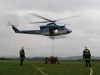 Plnící stanoviště v podání brněnských a přibyslavských hasičů, vrtulník Bell-412EP. Foto Lukáš Fejva