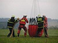 Detail dosti mokré práce hasičů na plnícím stanovišti. Foto Lukáš Fejvar.