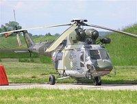 Vrtulník W-3A Sokol využívaný pro hašení je vybaven pod trupem závěsem pro bambi vak, pátracím refle