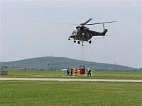 Několik záběrů na plnění bambi vaku v podání vojenských hasičů z leteckých základen Čáslav a Praha-K