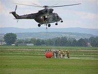Několik záběrů na plnění bambi vaku v podání vojenských hasičů z leteckých základen Praha-Kbely a Př