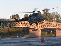 Vrtulník W-3A Sokol nabírá vodu z vodní hladiny. Foto Lukáš Fejvar.