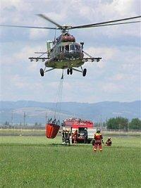Vrtulník Mi-17, 0812 armády slovenské republiky, se přibližuje k plnícímu stanovišti. Foto Pavel Neh