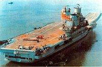 loď Tbilisi ve stavbě, avšak už na moři, na její letové palubě stojí česká montážní plošina na Škodě