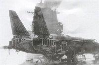 shořelý vrak letounu Jak-141 na palubě lodi Novorossijsk