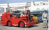 """hasičský automobil stojící na palubě jedné z francouzských letadlových lodí, za ním je ,,palubní"""" je"""