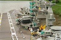 bonus - funkční letadlovka USS Harry S. Truman (CVN 75) z lega (je vidět i hasičské auto...)