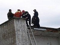 """""""Premier"""" na střeše domu s BORem a záchranáři čeká na vrtulník"""