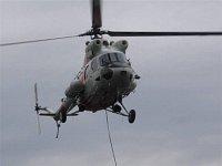 """Vrtulník pro """"premiera"""" spouští podvěsová lana"""