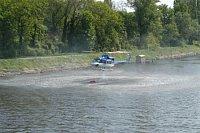 Den záchranářů mýma očima - policejní Bell nabírá vodu z Labe