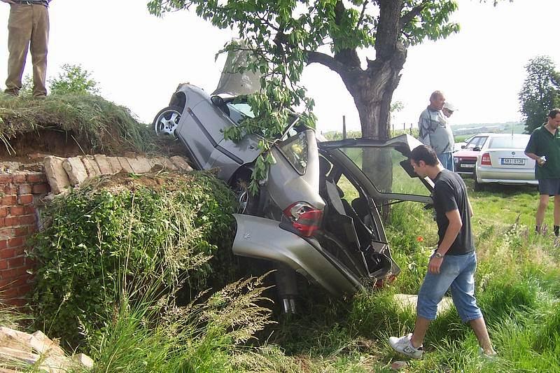 Náraz vozidla do vinného sklípku