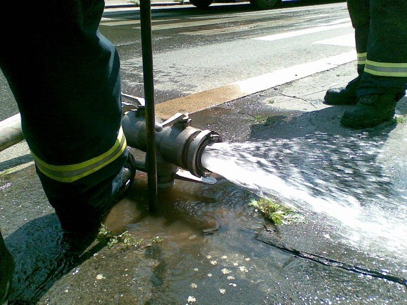 podzemní hydrant na Žižkově je opravdu hluboko...