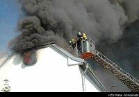 Rozsáhlý požár skladu v Praze