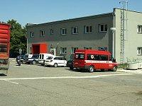 hlavní budova a zásahové vozy