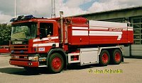 Scania_124G,_nadrze_8000_l_voda,_500_l_penidlo,_stanice_Goteborg-Kungsbacka