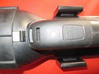 horní pohled na spínač, diodu a zobáček pro sundání hlavy svítilny