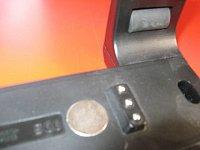 nabíjecí kolíky, magnet a boční válečky pro uchycení svítilny